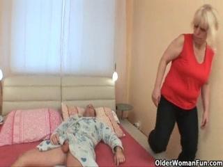 Бабушка дает сыну выебать свою зрел