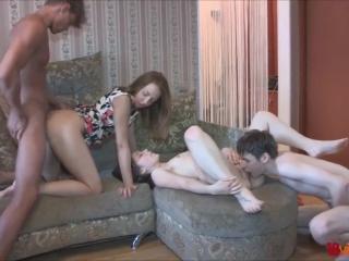 Секс видео молодых девушек и двух мужчин дома на диване в гостиной комнате