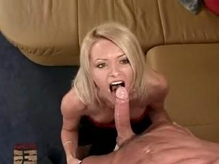 Порно видео бесплатно о том, как блондинка сосет два хуя