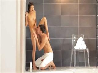 Парень трахает молодую девушку на кровати, а она сосет его хуй - порно видео