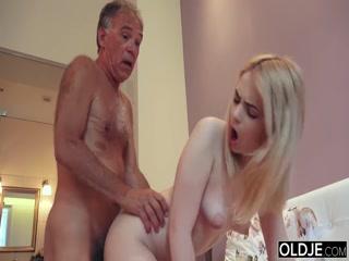 Дедушка и внук ебут девушку в жопу, пока родителей нет дома!