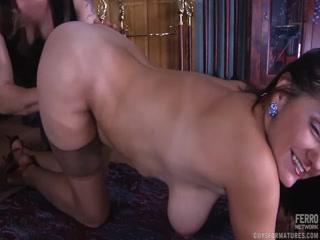 Зрелые женщины в сперме после секса со своими любовниками дома на кровати