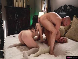 Смотреть порно анал лесбиянок в чулках и мужчин на диване - это кай