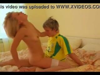 Молодой парень ебет зрелую блондинку, пока она спит на кровати рядом