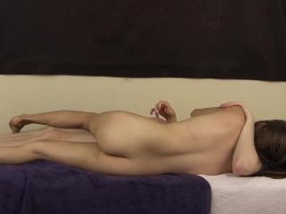Секс с молодыми девушками и парнями дома на кровати в киску девушки-брюнетки