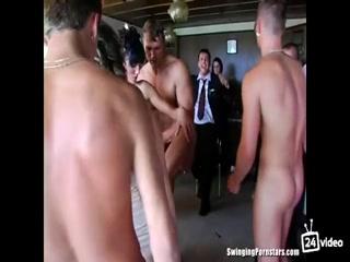 Порно видео зрелых женщин, которые очень любят ебаться с молодыми парнями