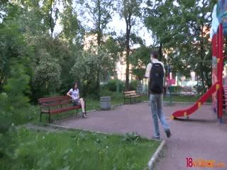 Русская девушка показывает пизду незнакомцу