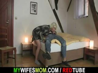 Секс с блондинкой-мамашей и молодым парнем дома на диване в гостиной комнате - смотреть онлайн бесплатно