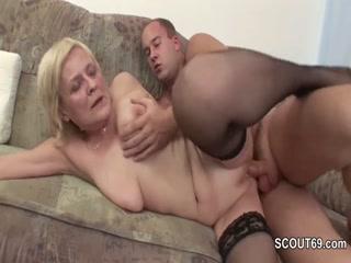 Внук трахает бабушку в пизду и заливает ее спермой!