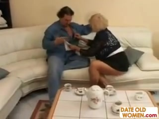 Мужик трахнул блондинку с большими сиськами, а потом кончил ей на лицо