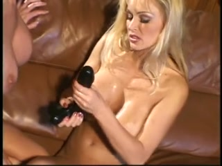Порно видео лесби с большими дойками и страпоном в руках