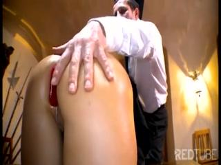 Девушка дает в попу двоим мужикам, которые кончают ей внутрь киски после секса