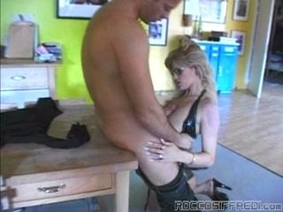 Порно видео блондинки с большими сиськами и упругой жопкой