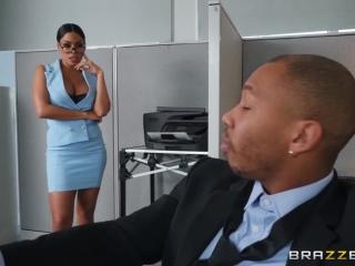 Негр ебет блондинку, которая работает у него секретарем на работе